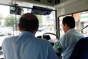 ベテラン運転士も、指導乗務員による添乗指導を受けます